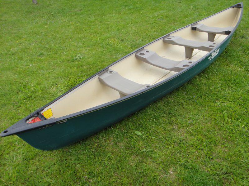 Ein leichtes Kanu mit Platz für 4