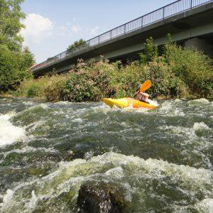 Unter der Brücke von Blaibach geht es, bei passendem Wasserstand, gut ab.