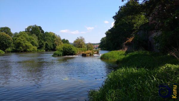 Das Wehr mit der Bootsrutsche an der Petermühle in Roding, von flußabwärts gesehen
