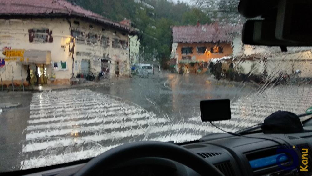 Die Soča empfängt uns zunächst mit sintflutartigem Regen und erzwingt die erste gemeinsame Übernachtung im Auto.