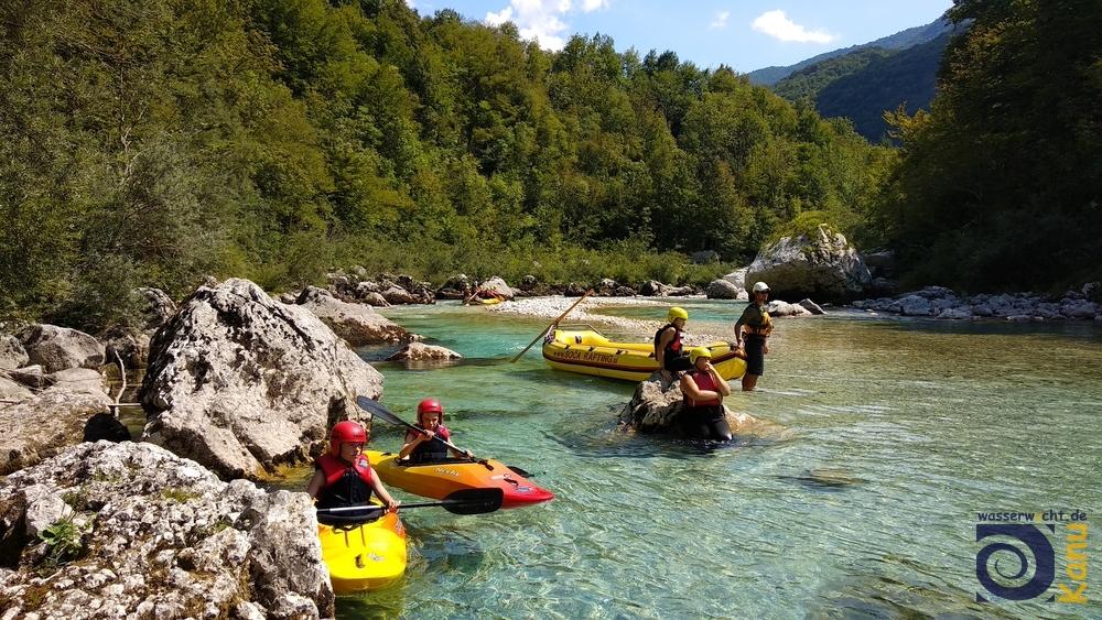 Auf der Soča zwischen Srpenica I und Srpenica II. Der extrem niedrige Wasserstand tut der Schönheit kaum einen Abbruch und ermöglicht auch weniger geübten Paddlern diese Strecke.