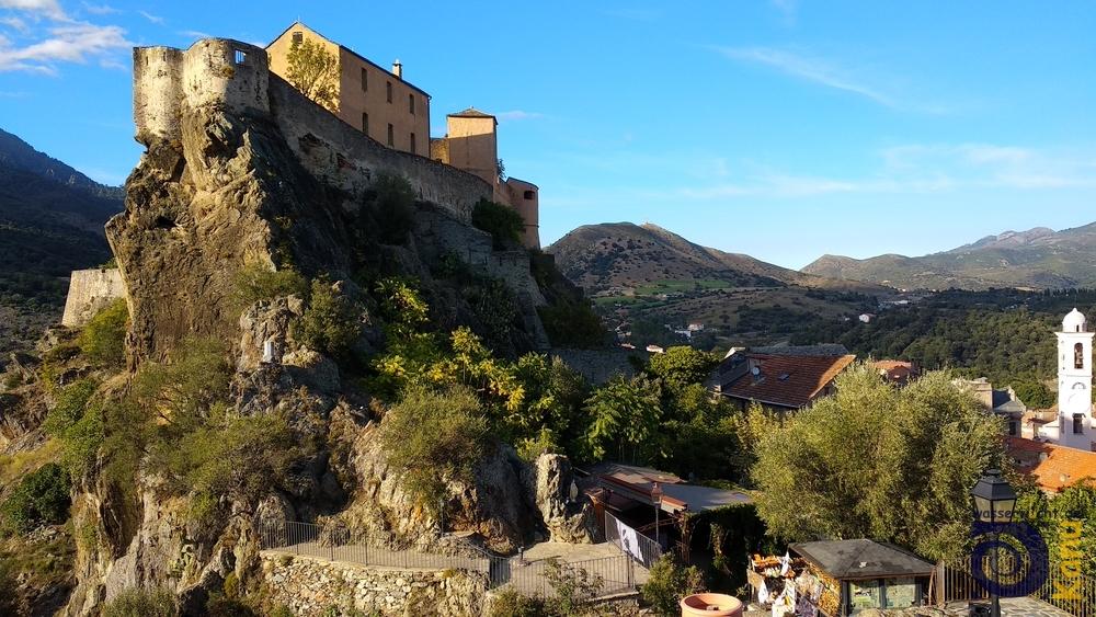 Die Altstadt von Corte mit der Zitadelle